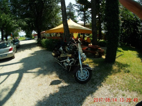 Trudenfahrt Rheinland - Adria: Mittagsrast an einem schattigen Straßenimbiss in Lovaria