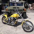 Moped vor Humvee
