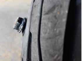 Luftablaß-Schraube im Moped meiner Frau 1-4 Wuchtgewicht im Scrambler-Reifen 5-7